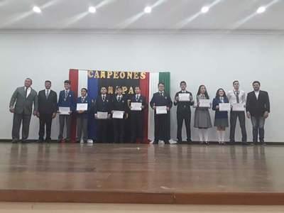Entrega de premios a los brillantes campeones de Matemáticas