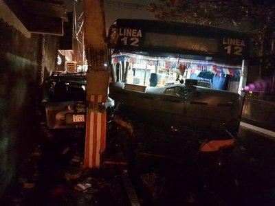 Choque entre ómnibus y una camioneta deja un herido grave en San Lorenzo