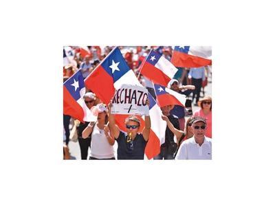 Chilenos protestan a favor y en contra de una nueva Constitución