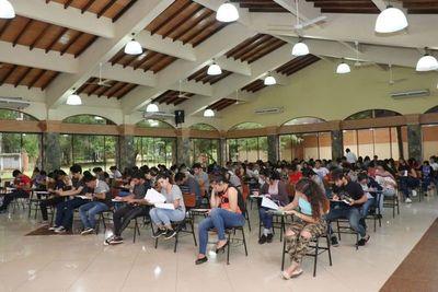 Becas de Central convocaron a multitud de jóvenes en la UNA