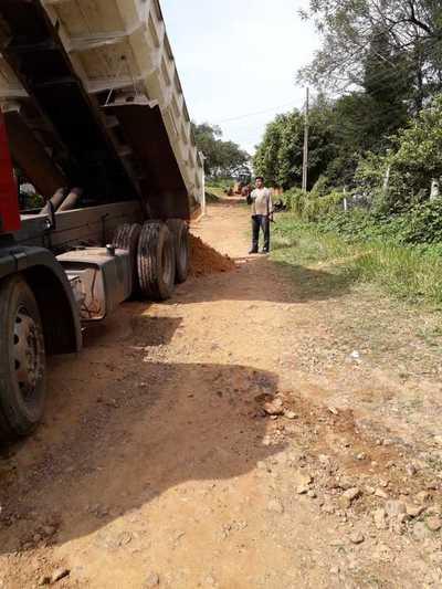 Equipo vial de la Municipalidad de Caacupé realiza reparación y mejoras