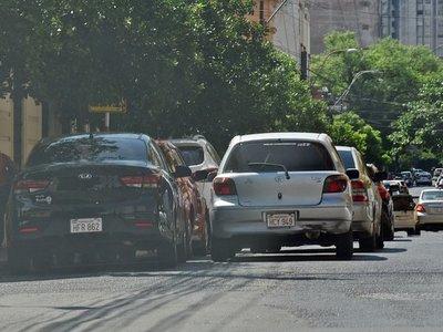 Multarán quienes estacionen en doble fila frente a colegios