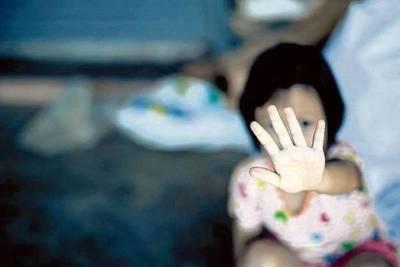 Niña golpeada por su tío con intenciones de abuso, sigue en estado grave