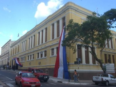 Denuncian que colegio supuestamente impide inscripción a dirigente de Fenaes