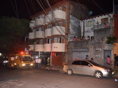 Una vela encendida provoca incendio en edificio de Asunción