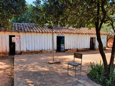 Niños de escuela de Concepción iniciarán las clases bajo árboles