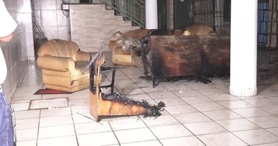 Vela encendida habría ocasionado incendio de departamento en Asunción