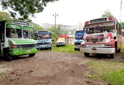 Tras críticas ciudadanas y los frecuentes accidentes, llevan al corralón buses chatarra