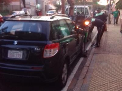 Elevada multa a conductores que estacionen en doble fila