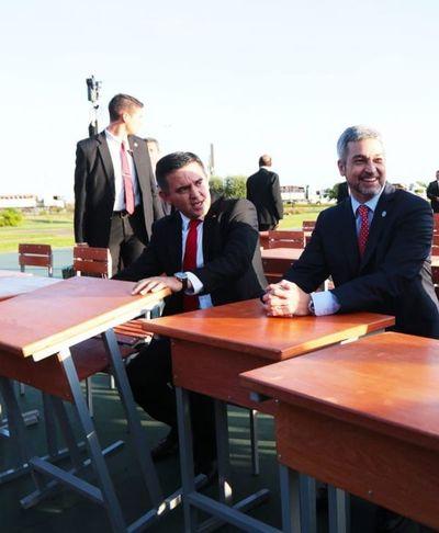 Abdo Benítez se muestra junto a Petta tras escándalo de libros del MEC