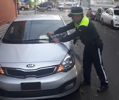 Policía de Tránsito ya multó a padres que estacionan en doble fila