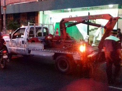 PMT multa a vehículos mal estacionados en zona de colegios