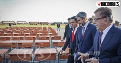"""""""Transformación educativa"""": Petta, Abdo y Nicanor presentan nuevos pupitres"""