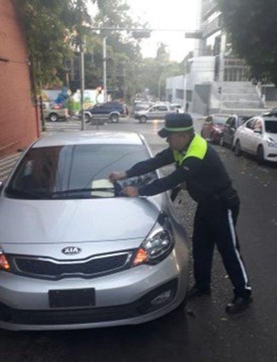 Seis vehículos al corralón por estacionar en lugares no permitidos al inicio de clases