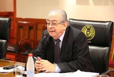 """""""Dicen que soy oscuro"""": Torres Kirmser apoya a abogados """"copiatines"""" y dice que no va a renunciar del Consejo"""
