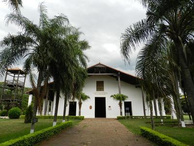 MOPC realiza cercado de la Iglesia de Yaguarón para iniciar mejoramiento vial de su entorno.