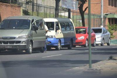 Seis padres fueron multados por estacionar frente a los colegios