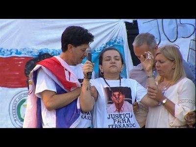 ''No saben qué difícil es vivir'', dijo la madre de Fernando ante miles de personas