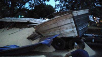 Camión de gran porte volcó aparatosamente en Ciudad del Este