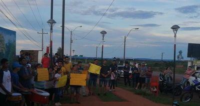 Ruidosa protesta frente a vivienda de concejala en Carapeguá