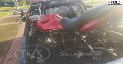 Aparatoso accidente de tránsito entre una motocicleta y una furgoneta