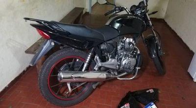 Le robaron la moto y con GPS la recuperó en pleno desarme