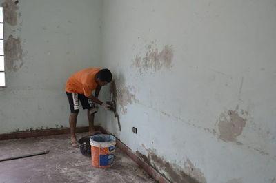 En escuela de San Antonio, la comunidad se encarga de reparar aulas