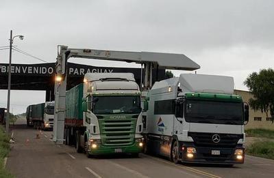 Aduanas realiza control del comercio fronterizo con Bolivia utilizando un escáner
