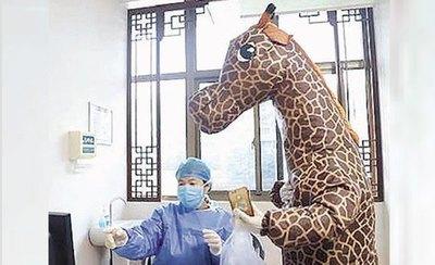 |Video|China: Como no pudo conseguir una mascarilla, se disfrazó para ir al hospital