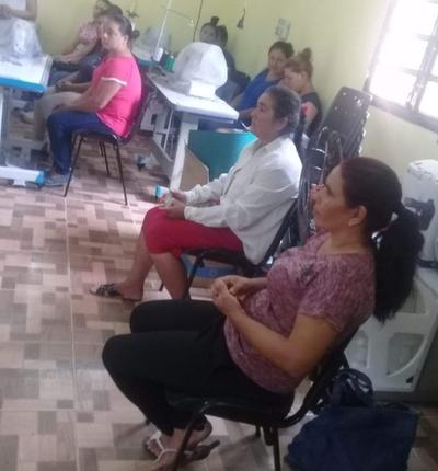 Madres del programa Abrazo participan de curso de confección de prendas de vestir