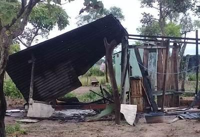 Dos casas precarias resultan quemadas por efecto de un rayo