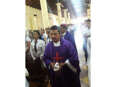 Destitución de un sacerdote causa conmoción