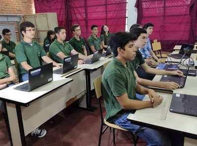 Petta y su nube: Escuelas se caen a pedazos pero ministro presume de modernos laboratorios informáticos