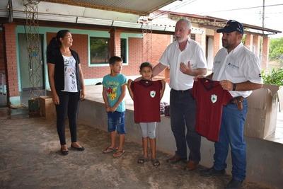 Empresa de confecciones donó 300 uniformes a dos instituciones educativas de Loma Plata
