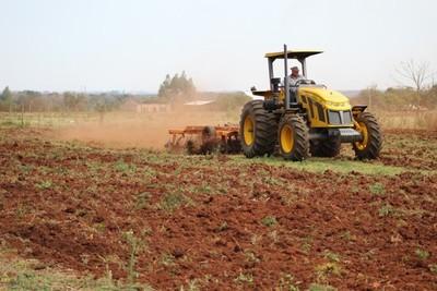 Pequeños agricultores reciben apoyo en la preparación de suelos para cultivos