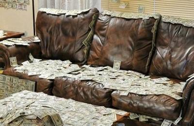 Compra un sofá usado y encuentra 40.000 dólares en su interior