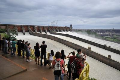 Vertedero de la represa de ITAIPU estará abierto