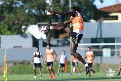 El Tottenham recuerda que a Adebayor 'se le da muy bien los clásicos'