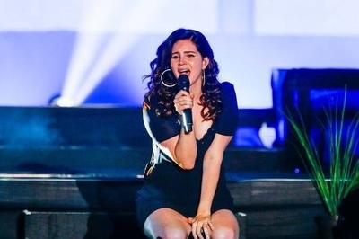 """HOY / Lana del Rey cancela su gira en Europa al """"perder completamente la voz"""""""