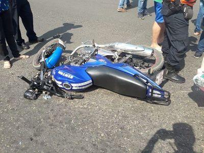 Dos motociclistas sin casco, heridos en choque a metros del Hospital del Trauma