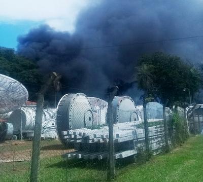 Ministerio de Ambiente interviene un predio de Tigo por quema de materiales en desuso