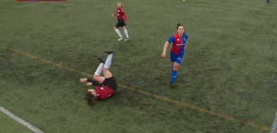 ¡Increíble! Jugadora se disloca la rodilla, se la pone en su lugar a golpes y continúa jugando