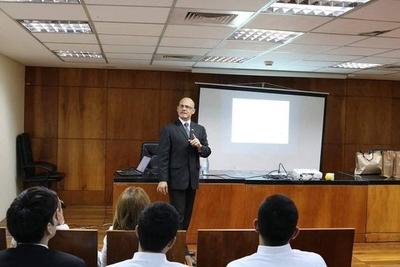 """HOY / Néstor Achucarro, Pte. del Comité de Educación de la Cooperativa Judicial y Lic. German A. Zonetti, durante la charla """"Prevención del Lavado de Dinero"""""""