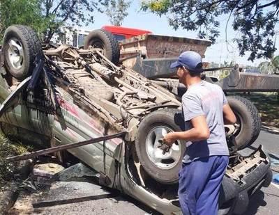 Choque y vuelco: Accidente con suerte en la Autopista •