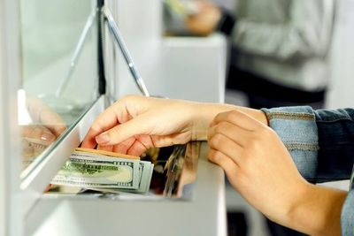Masiva liquidez en guaraníes presiona al tipo de cambio