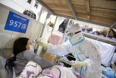 China eleva a 2.442 los muertos y a 76.936 los infectados por el coronavirus