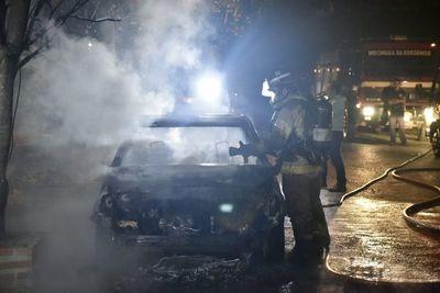 Incendio destruye por completo un vehículo