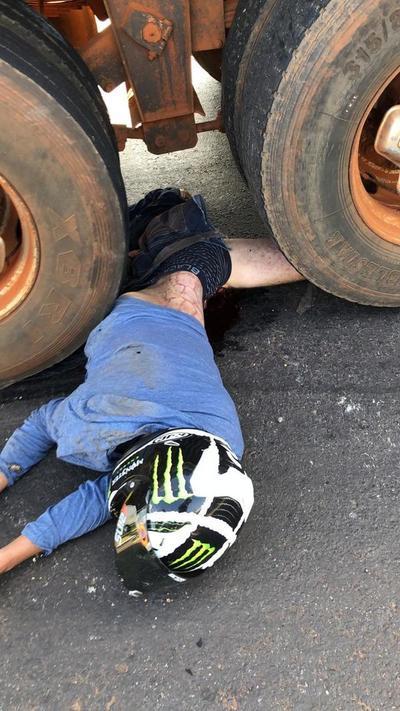 Motociclista muere al estrellarse a más de 200 km por hora contra un camión