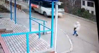 Se desmaya en plena calle y un bus pasa a centímetros de su cabeza