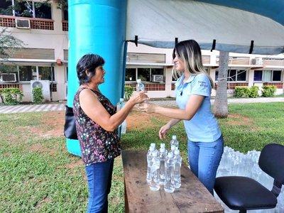 Essap continúa distribución de botellas de agua refrigerada en hospitales